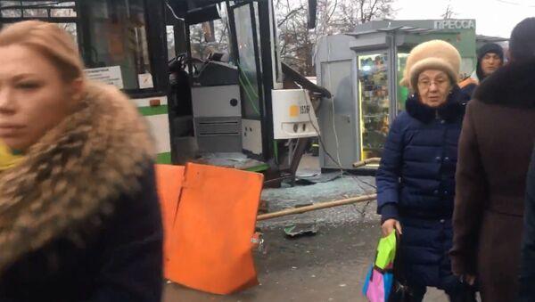 Автобус снес остановку в Москве - Sputnik Тоҷикистон
