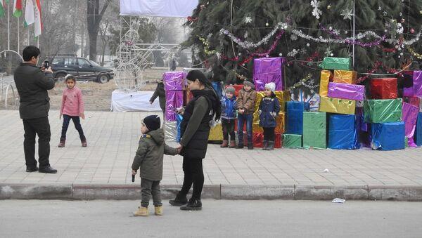 Новогоднее оформление на проспекте Сино в Душанбе, архивное фото - Sputnik Тоҷикистон