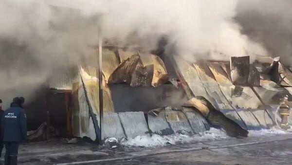 Спасательные работы на месте ликвидации пожара в обувном цехе под Новосибирском - Sputnik Таджикистан