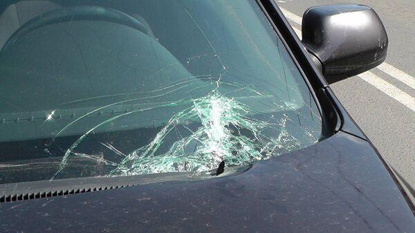 Разбитое стекло автомобиля, архивное фото - Sputnik Тоҷикистон