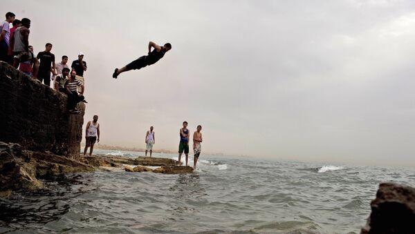 Местные жители спасаются от жары в море в Бенгази, Ливия - Sputnik Тоҷикистон