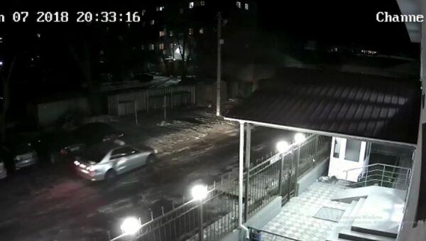 Таксист врезался в авто и уехал — видео с камеры наблюдения в Бишкеке - Sputnik Тоҷикистон