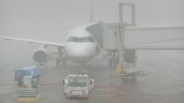Самолет в тумане в аэропорту, архивное фото - Sputnik Тоҷикистон