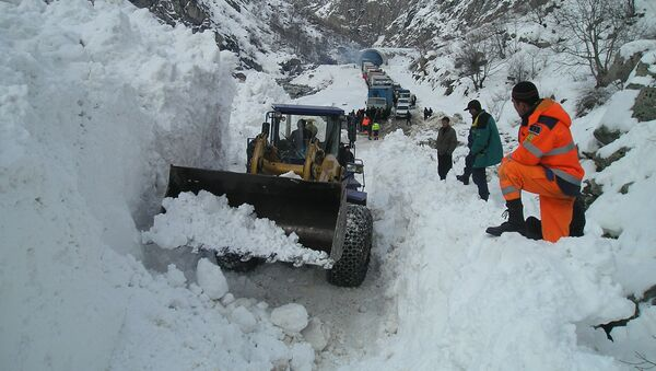 Расчистка дороги после снежной лавины, архивное фото - Sputnik Таджикистан