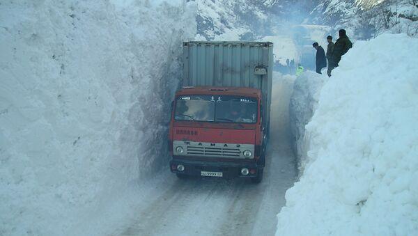Проезд через засыпную снегом дорогу, архивное фото - Sputnik Тоҷикистон