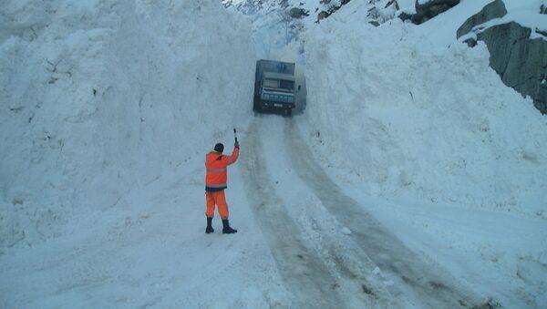 Проезд через засыпную снегом дорогу, архивное фото - Sputnik Таджикистан
