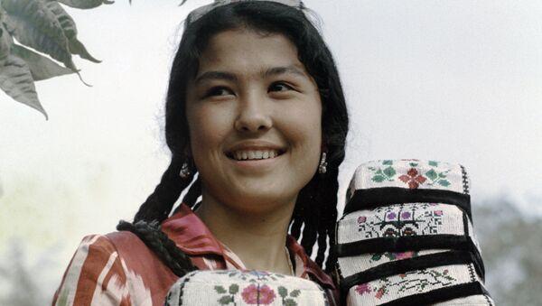 Девушка с тюбетейками, архивное фото - Sputnik Таджикистан
