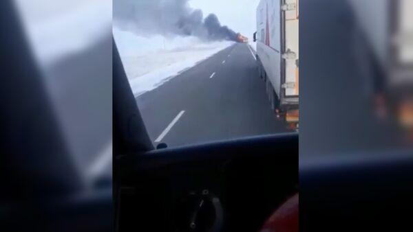 Кадры с места возгорания автобуса в Казахстане, в котором погибли узбеки - Sputnik Тоҷикистон