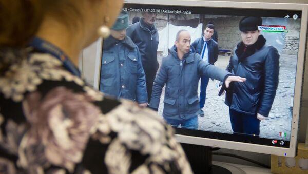 Просмотр на экране как правоохранительные органы производят следственную работы с задержанным членом террористической организации - Sputnik Тоҷикистон