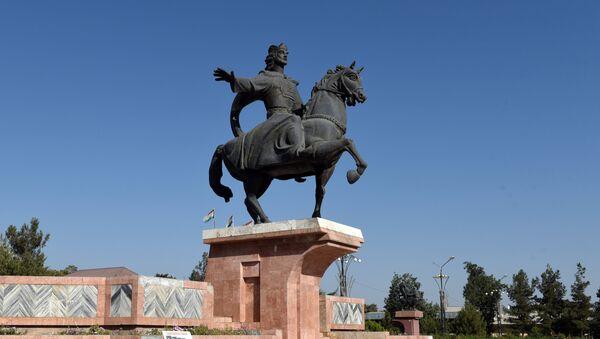Памятник основателю первого Таджикского государства Исмаилу Сомони в городе Курган-Тюбе в Таджикистане, архивное фото - Sputnik Таджикистан