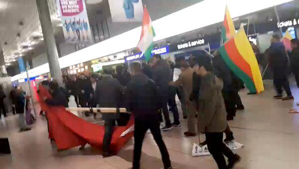 Массовая драка в аэропорту Ганновер-Лангенхаген между курдскими демонстрантами и турецкими пассажирами - Sputnik Таджикистан