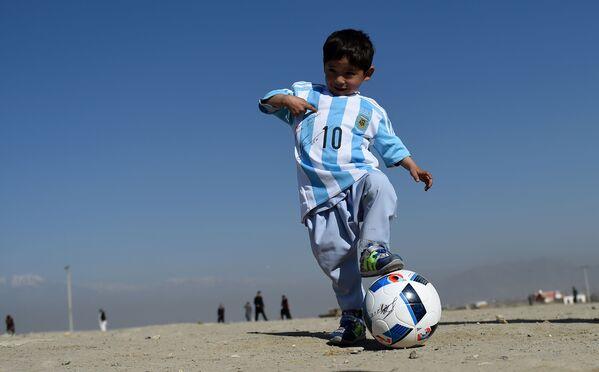 5-летний афганский мальчик Муртаза Ахмади с футбольным мячом - Sputnik Таджикистан