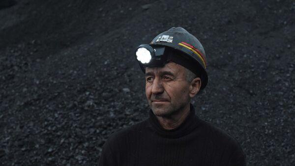 Работник металлургического комбината ФАРОЗ, архивное фото - Sputnik Таджикистан