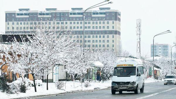 Микроавтобус на улице Душанбе - Sputnik Тоҷикистон
