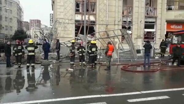 Работа спасателей на месте взрыва бытового газа у станции метро в Баку - Sputnik Таджикистан