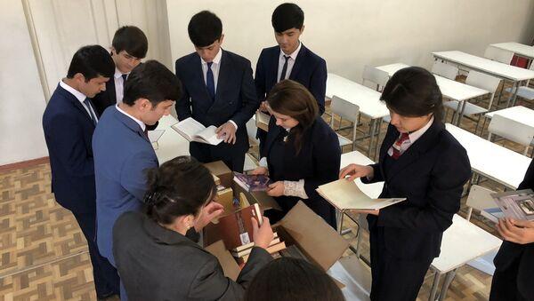 Военнослужащие 201-й РВБ передали учебную и художественную литературу в школу №37 - Sputnik Тоҷикистон