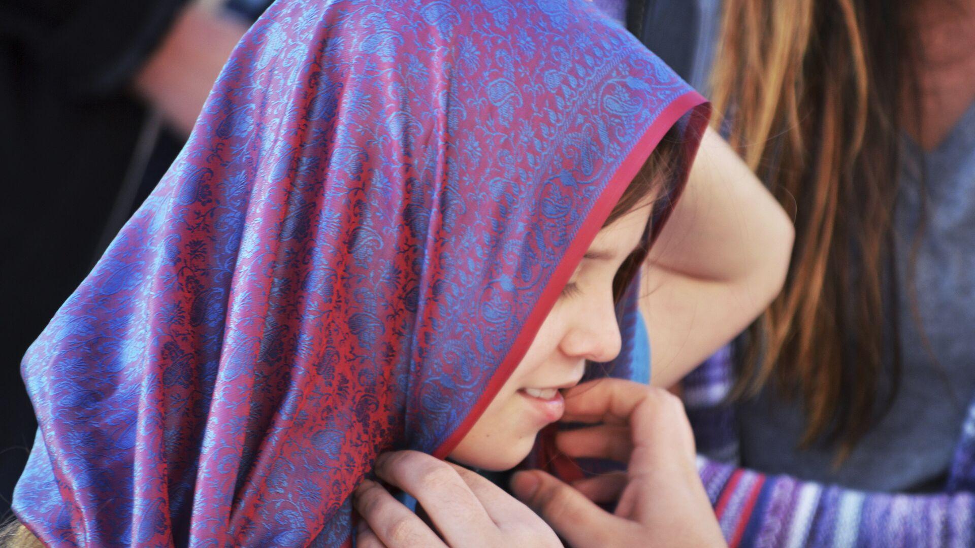 Девочка примеряет хиджаб, архивное фото - Sputnik Тоҷикистон, 1920, 05.09.2021