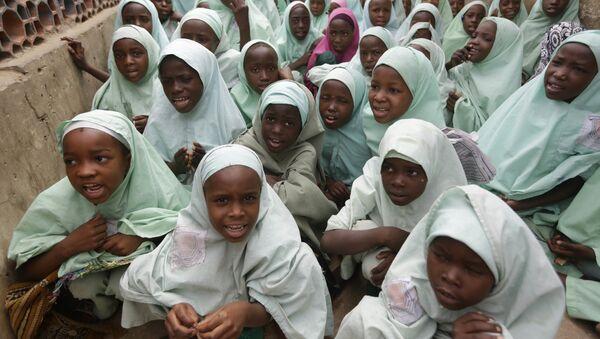 Мусульманские девушки из Нигерии в хиджабах идут на лекцию в школе, архивное фото - Sputnik Тоҷикистон