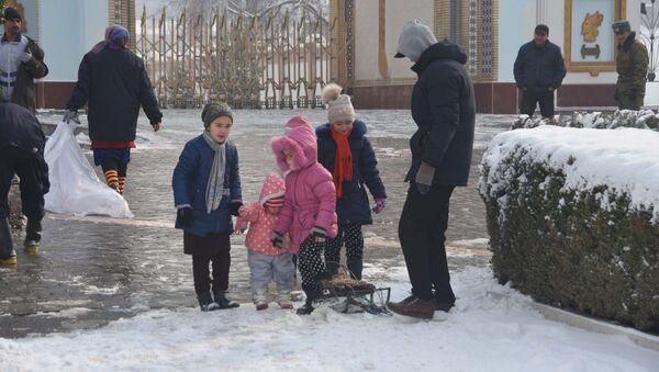 Дети зимой в Душанбе, архивное фото - Sputnik Таджикистан