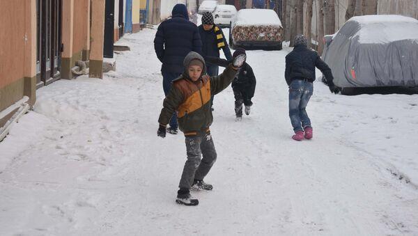 Дети играют на улице зимой, архивное фото - Sputnik Тоҷикистон