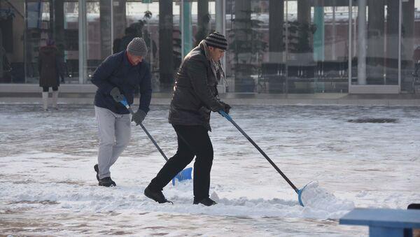 Жители Душанбе убирают снег после снегопада, архивное фото - Sputnik Тоҷикистон
