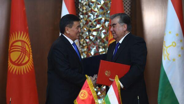 Президент Таджикистана Эмомали Рахмон (справа) и президент Кыргызстана Сооронбай Жээнбеков - Sputnik Таджикистан
