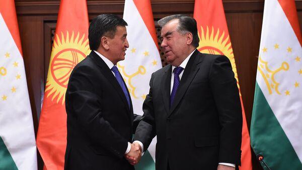 Президент Таджикистана Эмомали Рахмон (справа) и президент Кыргызстана Сооронбай Жээнбеков - Sputnik Тоҷикистон