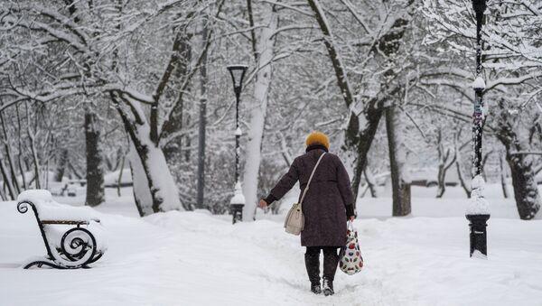 Женщина идет по улице - Sputnik Таджикистан