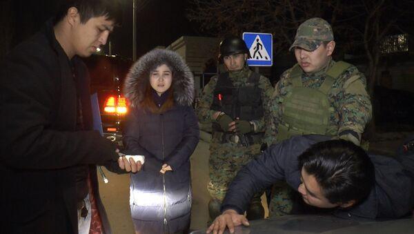 Парень сделал необычное предложение руки, сыграв роль наркоторговца, — видео - Sputnik Таджикистан