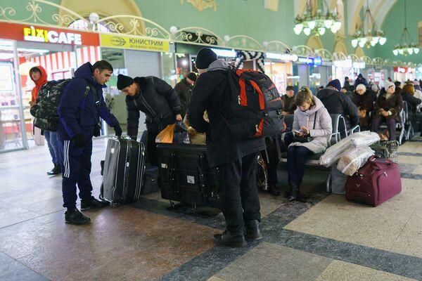 Пассажиры на вокзале готовятся к посадке в поезд Москва-Душанбе - Sputnik Таджикистан
