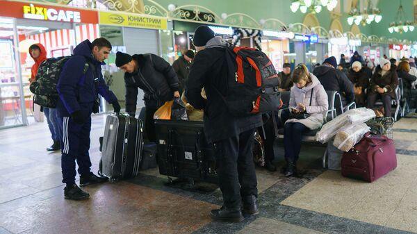 Пассажиры готовятся на вокзале к посадке в поезд Москва-Душанбе - Sputnik Тоҷикистон
