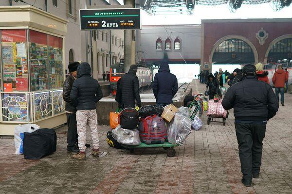 Пассажиры готовятся к посадке в поезд Москва-Душанбе - Sputnik Таджикистан