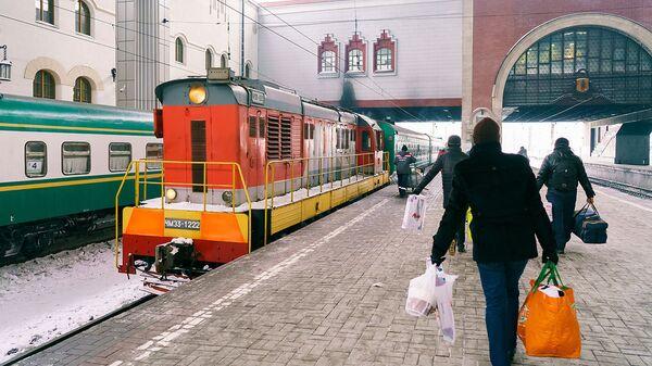 Пассажиры готовятся к посадке в поезд Москва-Душанбе - Sputnik Тоҷикистон