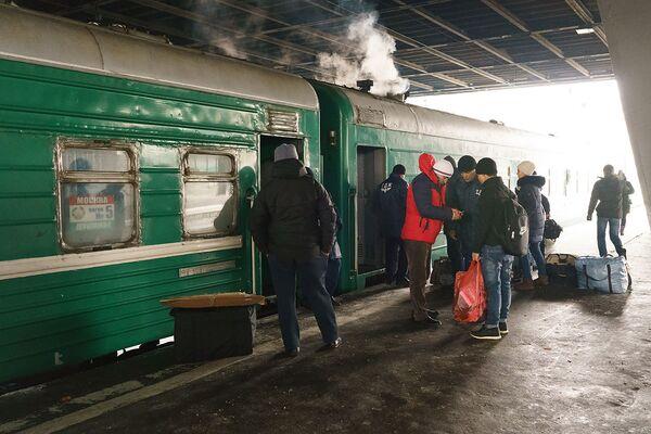 Посадка пассажиров в поезд Москва-Душанбе - Sputnik Таджикистан