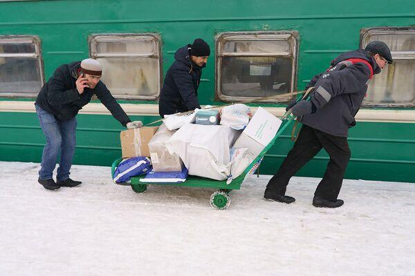 Пассажиры загружают свой багаж на поезд Москва-Душанбе, архивное фото - Sputnik Таджикистан