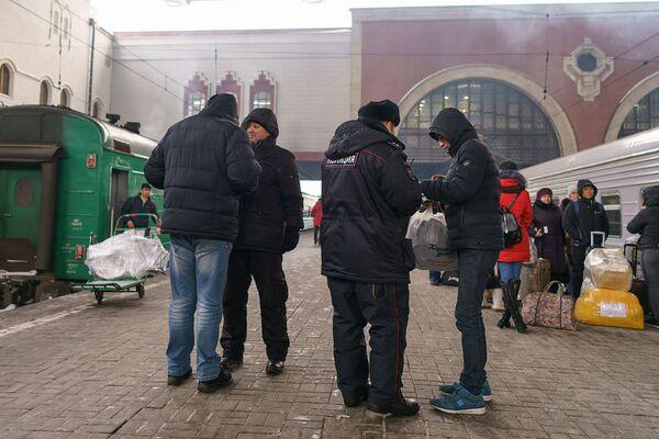 Полиция на ж/д вокзале проверяет документы, архивное фото - Sputnik Таджикистан