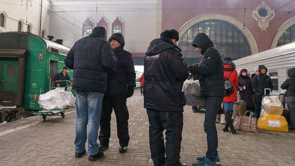 Полиция на жд вокзале проверяет документы, архивное фото - Sputnik Тоҷикистон