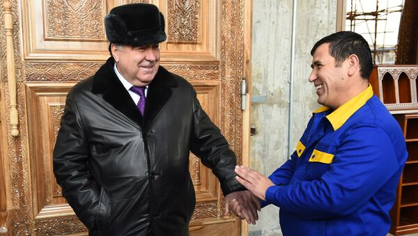 Президент Таджикистана Эмомали Рахмон на стройплощадке новой мечети - Sputnik Таджикистан