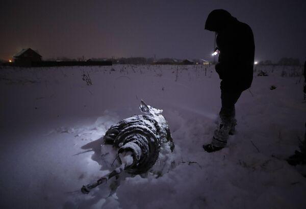 Обломок на месте крушения самолета Ан-148 Саратовских авиалиний в Подмосковье - Sputnik Таджикистан
