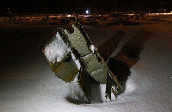 Часть самолета Ан-148 Саратовские авиалинии Ан-148, разбившегося после взлета из московского аэропорта Домодедово - Sputnik Таджикистан