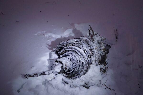 Часть самолета Ан-148 Саратовские авиалинии, разбившегося после взлета из аэропорта Домодедово в Московской области - Sputnik Таджикистан