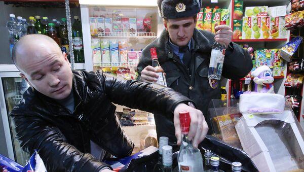 Рейд по выявлению и изъятию незаконно продаваемого алкоголя - Sputnik Таджикистан