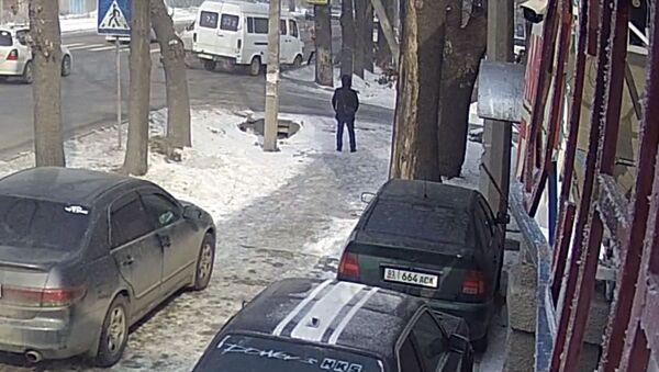 Страшный наезд на мать с дочерью в Бишкеке попал на видео - Sputnik Тоҷикистон