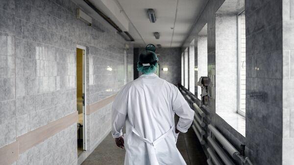 Врач в больнице, архивное фото - Sputnik Тоҷикистон