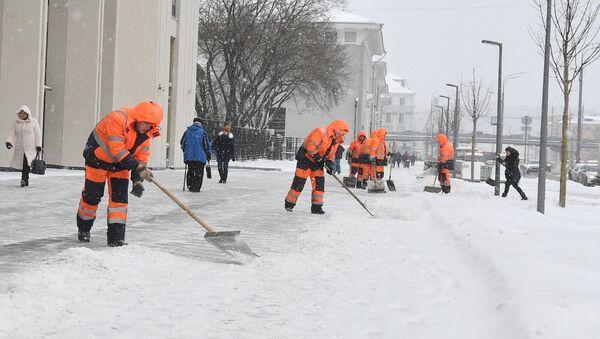 Коммунальные службы Москвы ликвидируют последствия сильного снегопада, архивное фото - Sputnik Таджикистан
