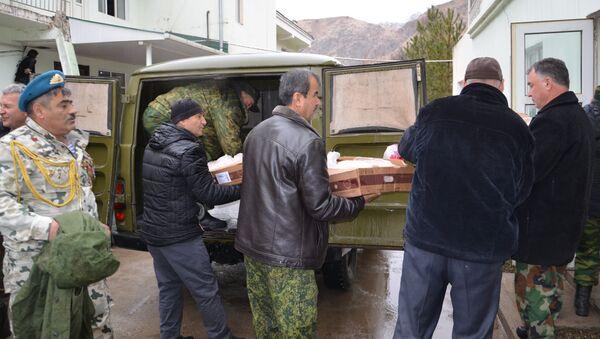 В посёлок Варзоб была доставлена гуманитарная помощь от военно-следственного отдела при 201 РВБ - Sputnik Таджикистан