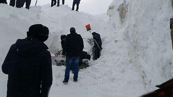 Спасатели откапывают машины  - Sputnik Таджикистан