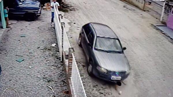 Видеофакт: мальчик не пострадал после попадания под машину своего дяди - Sputnik Таджикистан