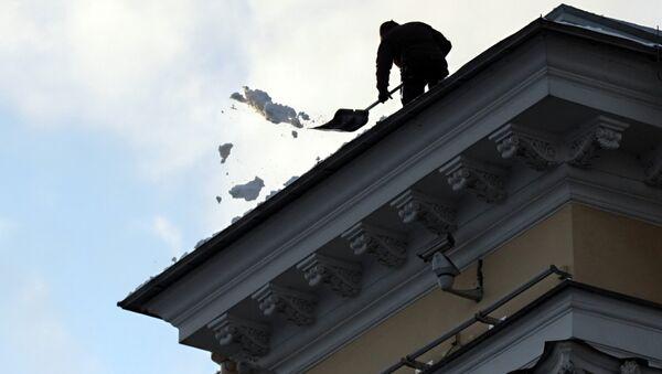 Чистка крыши от снега, архивное фото - Sputnik Тоҷикистон