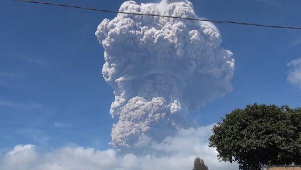 Извержение вулкана в Индонезии - Sputnik Таджикистан
